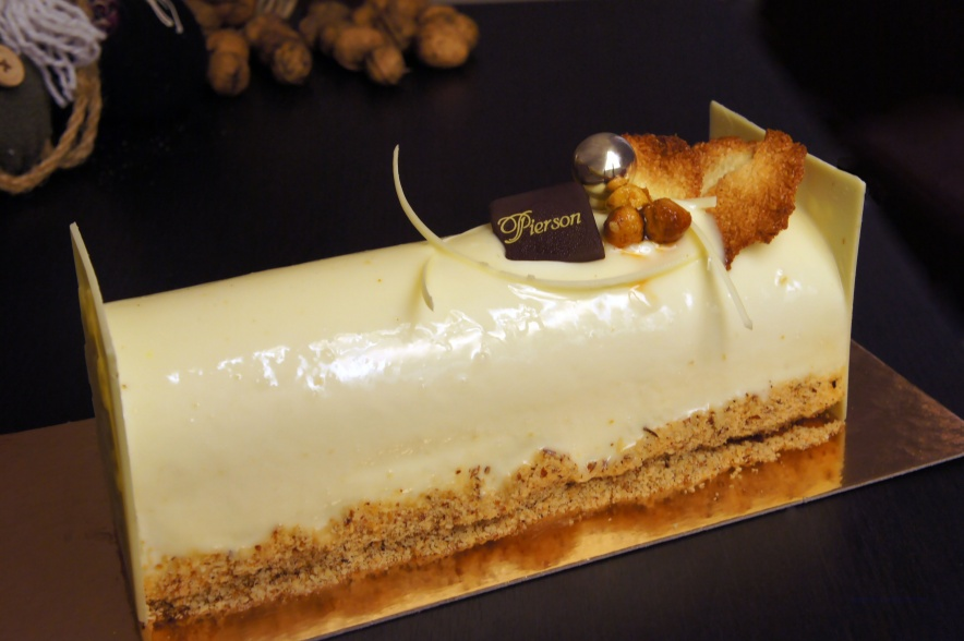 L'exotique ••• Mousse Légère au Chocolat Blanc, Crèmeux Mangue et Coco, Dacquoise Noisette, Croustillant Chocolat Blanc